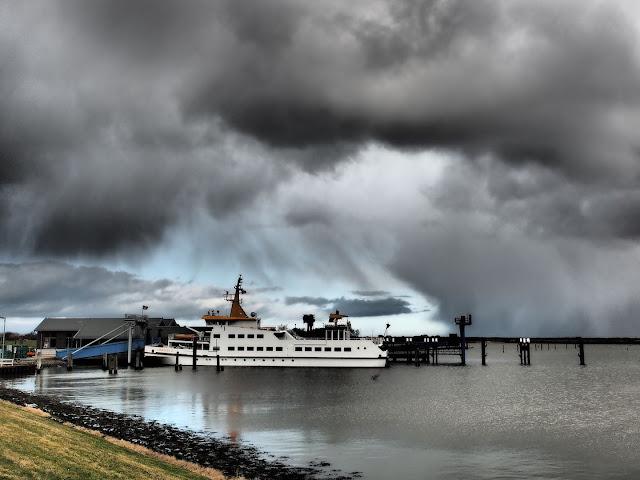 """Das Fährschiff """"Langeoog II"""" im Fährhafen"""