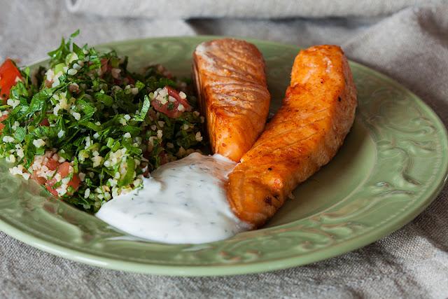 Pečeni losos, poslužen uz tabuli salatu i mliječni umak sa začinskim biljem