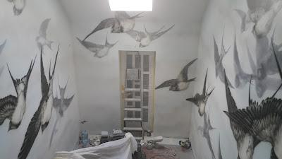 Graffiti na klatce schodowej, obraz abstrakcyjny na ścianie, jaskółki, nowoczesny mural, klatka schodowa jak pomalować?