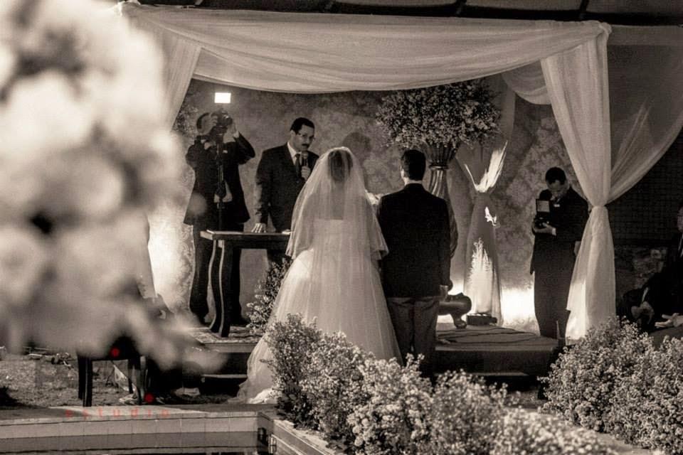 princesa-vestido-vera-wang-cerimonia-noivos-altar