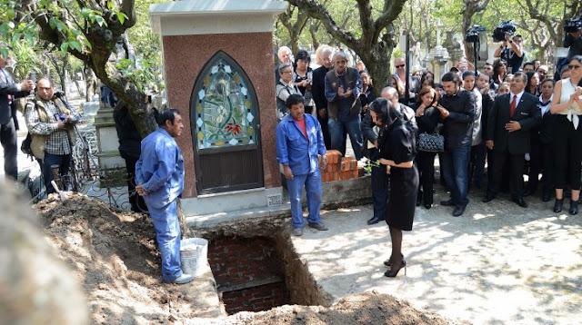 Florinda Meza en el entierro de Roberto Gómez Bolaños Chespirito