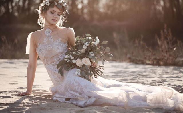 Modelka na plaży w świetle zachodzącego słońca  w delikatnej suknie ślubnej od Suknie Boho.