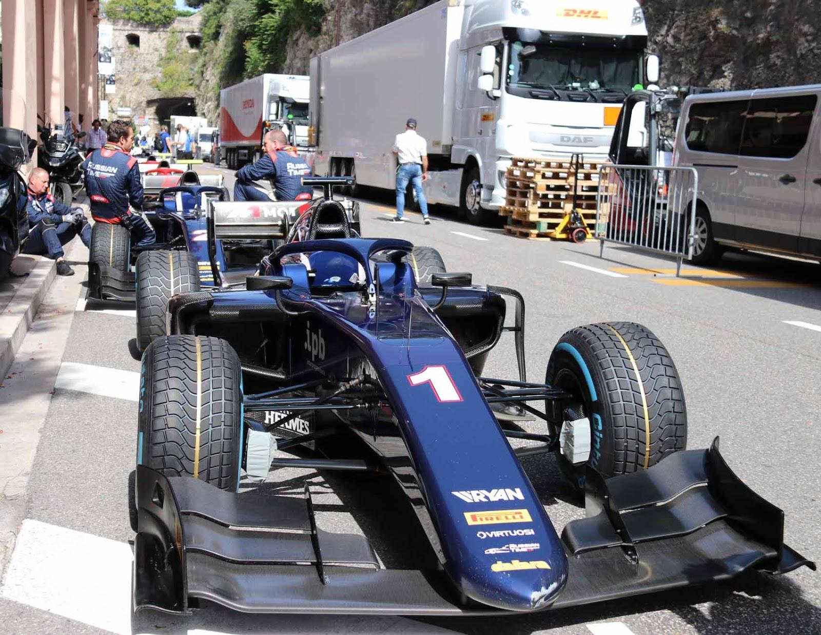 F1 GP:n jälkeen radalla ajettiin F2-kisat. Autot odottivat Stars'N'Bars ravintolan takana kulkevalla kadulla