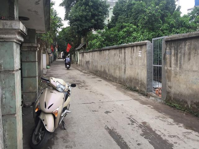Mặt tiền lô đất và đường vào rất rộng, ô tô tải chạy qua thường xuyên