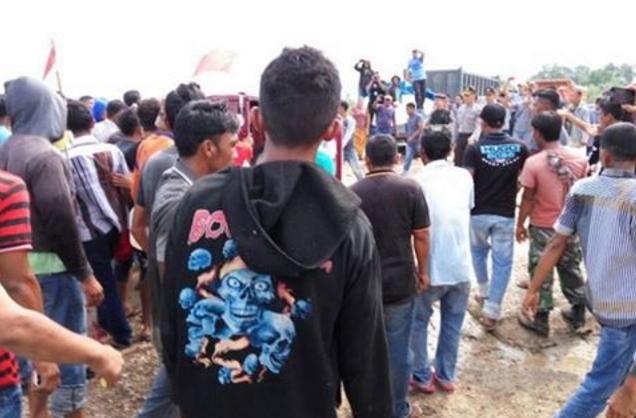 Warga mengamuk di lokasi PT semen indonesia