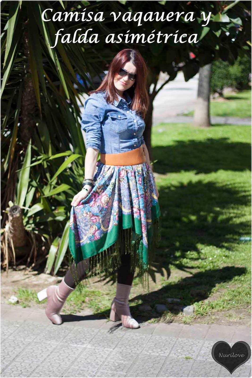 falda asimetrica muy original con estampado de flores combinada con camisa vaquera