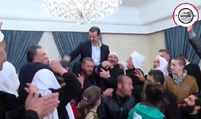 """Σύροι αποθεώνουν τον """"δικτάτορα"""" Μπασάρ αλ Άσαντ – Τον σήκωσαν στους ώμους τους"""