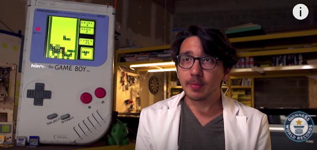 Estudiante sorprende con Game Boy de más de 1 metro