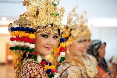 "Informasi yang Terdapat dalam Teks Deskripsi Berjudul ""Gending Sriwijaya, Tari Kolosal Penyambut Tamu Raja"