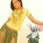 Andrea Rincon, Selena Spice Galeria 13: Hawaiana Camiseta Amarilla Foto 8