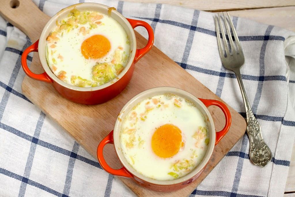 Jajka zapiekane z porem i wędzonym łososiem