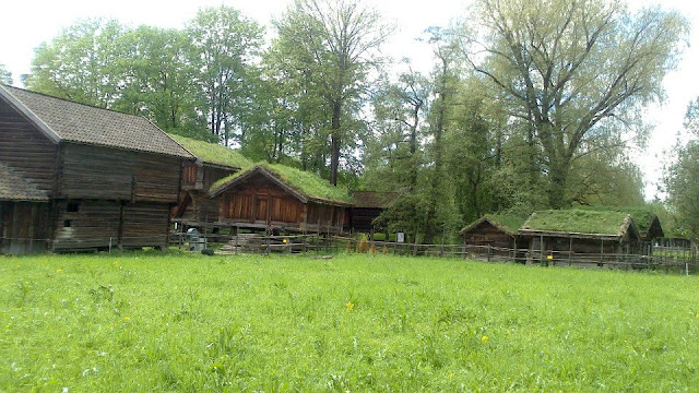 Casas típicas de las regiones de Setesdal y Numedal en el Museo al aire libre en la isla Bygdøy (Oslo, Noruega)