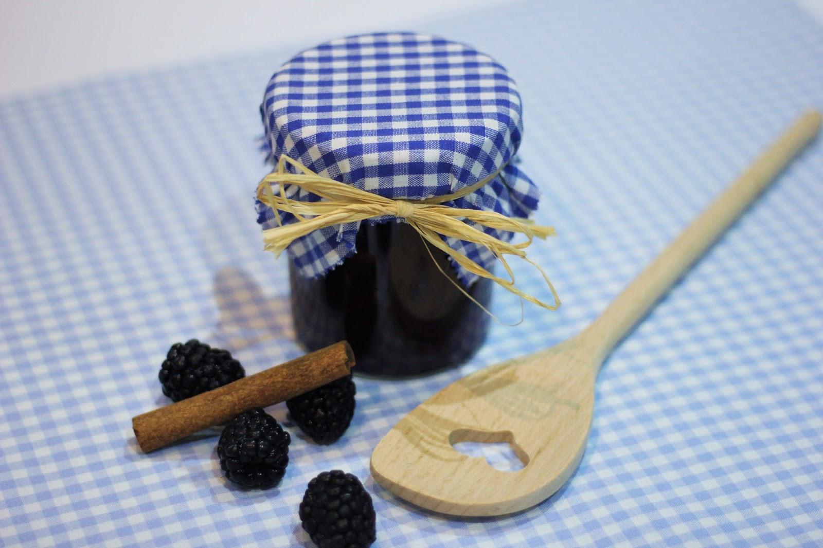 biskuitrolle mit kokos quark f llung und selbstgemachter brombeermarmelade lebe liebe backe. Black Bedroom Furniture Sets. Home Design Ideas