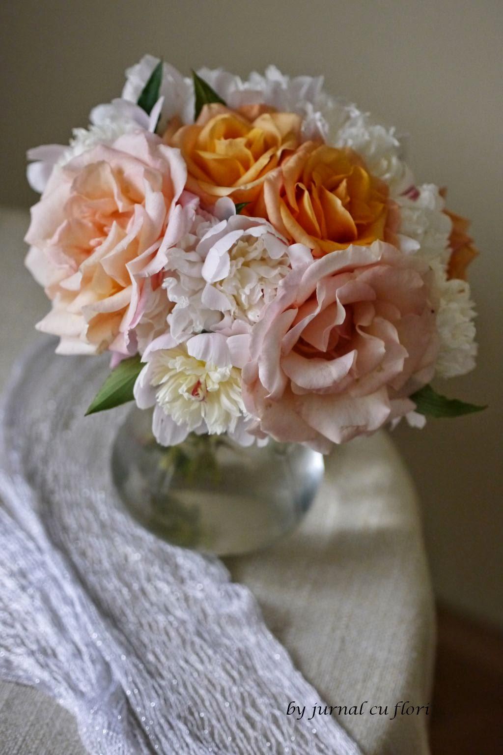 buchet de mai cu  trandafir si bujor alb de gradina