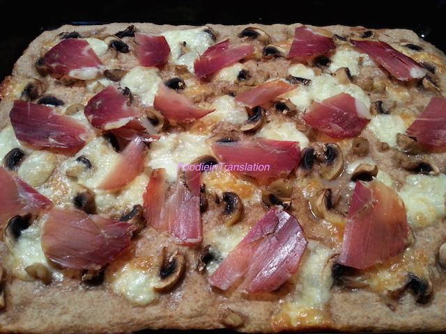 Pizza provolone, funghi e crudo