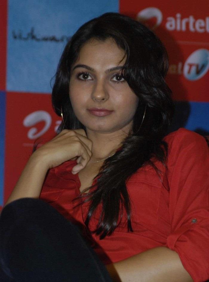 Actress Navel Show: Andrea Jeremiah Stills At Vishwaroopam