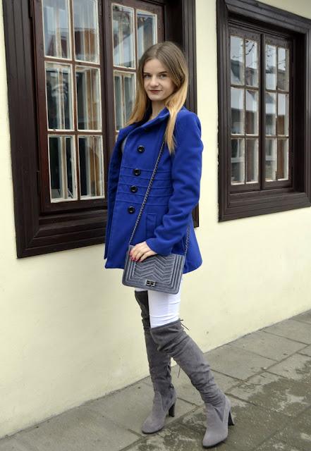 325. Cobalt coat, white pants in winter outfit and overknee shoes. Białe spodnie zimą. ♥ #kazimierzdolny