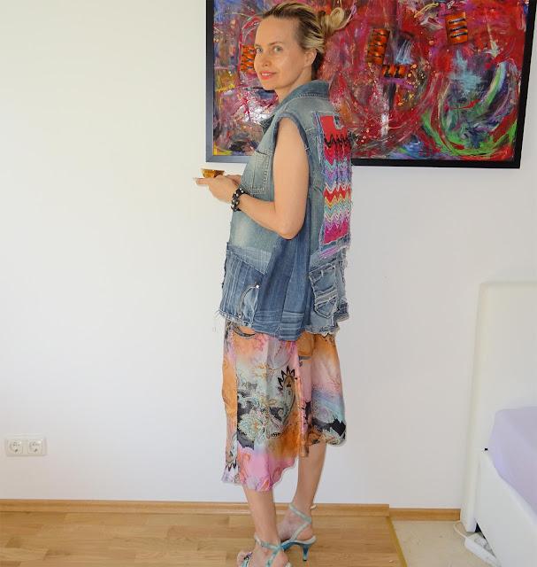 Posing mit Cafe Tasse in der Hand,  hüftlanger Jeansjacke
