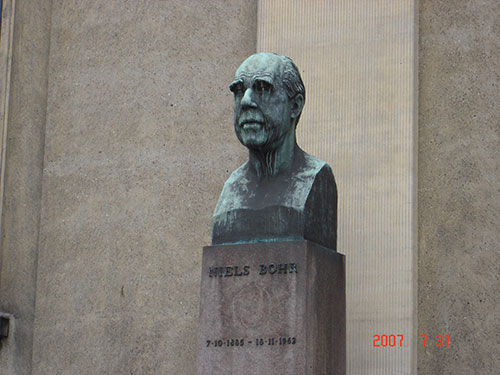 Niels Bohr statue in Copenhagen as seen on July 31, 2007  (Source: Palmia Observatory)