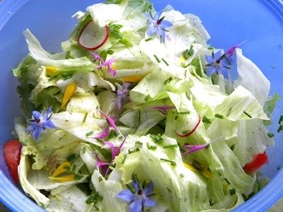 Salat mit vielen essbaren Blüten