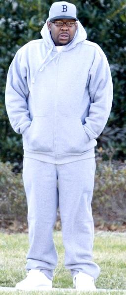 Foto de Bobby Brown con ropa deportiva