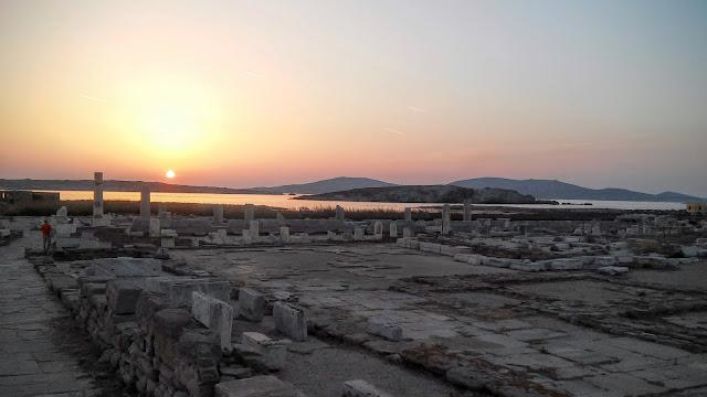Agora Delijska w barwach zachodzącego słońca Delos Cyklady Grecja