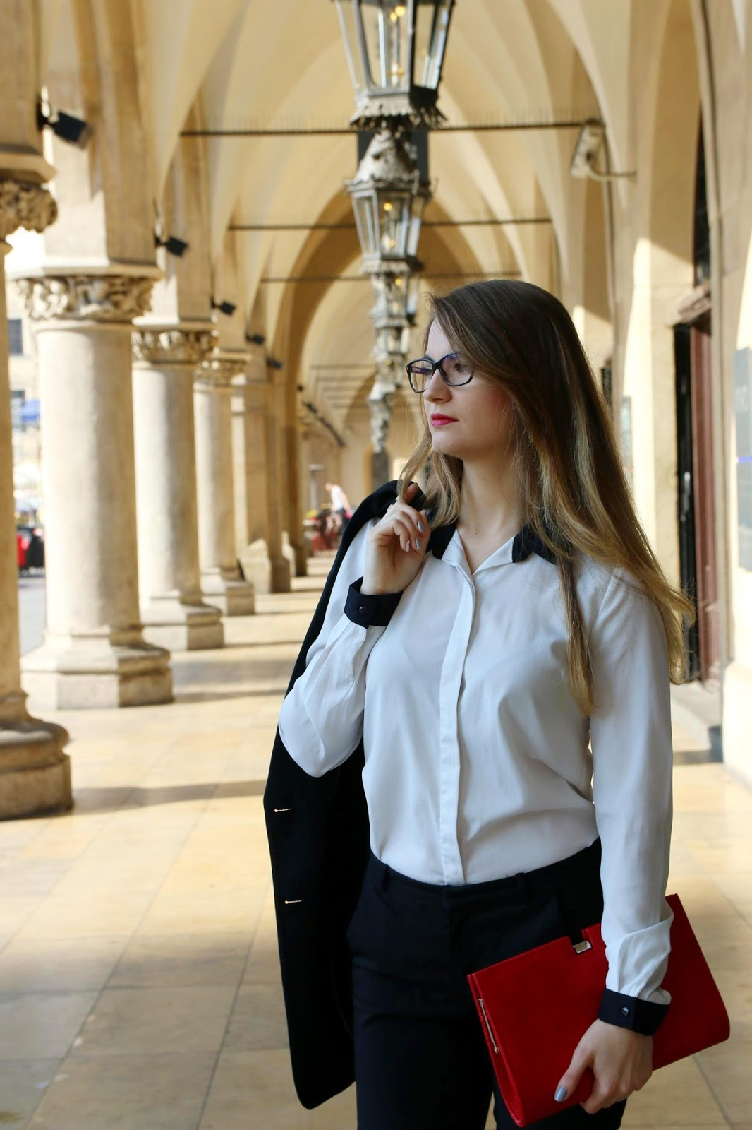 damski garnitur - marynarka biała bluzka kopertówka