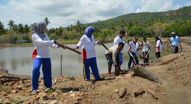 Tim Humas Bakamla RI Bersihkan Muara Sungai di Aceh