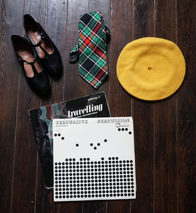 """des disques """"Persuasive percussion """" 1959 bien, """"travelling """" de 1966 moins bien un beret jaune , des babies , une cravate des années 70 50s 60s records , yellow beret , t-bar mary janes, 70s woolen tartan tie"""