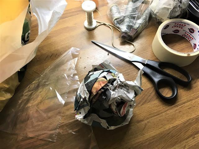 Fyll plastposer med avispapir