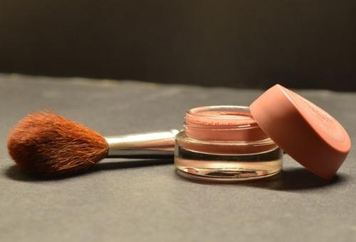 Anda perlu tahu cara tepat memilih dan memakai foundation karena memakai foundation yang salah bisa merusak penampilan dan merusak kondisi kulit.