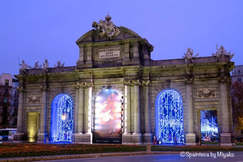 Puerta de Alcala クリスマス用にライトアップされたマドリードのアルカラ門