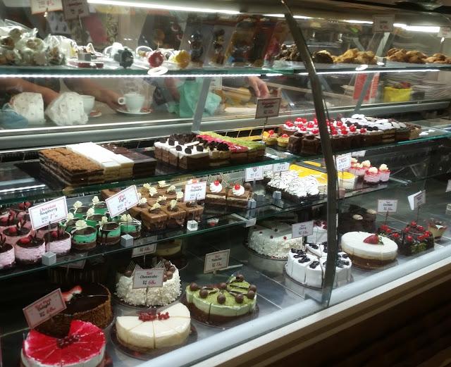 הויטרינה של בית הקפה מתוקה ומקושטת