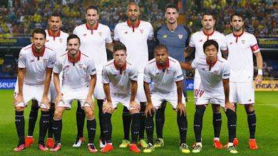 Sejarah Sevilla FC           Sevilla FC adalah sebuah tim sepak bola dari Spanyol,yang berbasis di Sevilla. Tim ini didirikan pada tahun 1905. Sevilla menjadi klub tertua yang didirikan di kota Sevilla dan yang kedua di wilayah Andalusia.Sevilla bermain di Primera Liga sejak musim 1934/1935, Sevilla nyaris menjuarai gelar liga pertamanya lima tahun kemudian. Saat itu, Sevilla mencetak rekor mengesankan, antara lain dengan mengalahkan Barcelona 11-1, Valencia CF 10-3, dan Hercules CF 8-3. Sayangnya, pada pertandingan terakhir Sevilla ditahan imbang Hercules 3-3 sehingga gelar juara terbang ke tangan Atletico Aviacion.Gelar tersebut baru datang musim 1942/1943, sekaligus gelar terakhir Sevilla di Primera Liga hingga saat ini. Striker Oliver Ward mencetak 29 gol musim itu untuk turut memastikan gelar Sevilla. Enam tahun kemudian, Sevilla meraih gelar Copa del Rey terakhir sebelum diulangi kembali pada 2006/2007. Sevilla menjadi tim semenjana di Spanyol sepanjang 1960-an hingga 1980 an. Beberapa kali klub terdegradasi dan naik promosi lagi dari Divisi Segunda.  Kebangkitan Sevilla saat ini ditandai dengan keberhasilan menjuarai Divisi Segunda pada musim 2000/2001 bersama pelatih Joaquin Caparros. Pada tahun 2004, presiden klub yang baru, Jose Maria del Nido, menyuntikkan dana segar berkat penjualan
