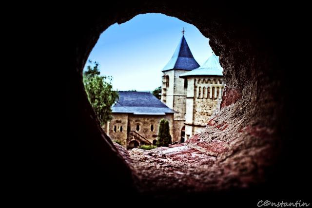 Mănăstirea Dragomirna (framing prin elemente arhitectonice) - blog FOTO-IDEEA