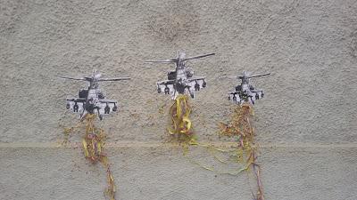 Der Krieg geht weiter - Installation - Hubschrauber werfen Luftschlangen und Konfetti ab - passend zu Fasching und Karneval