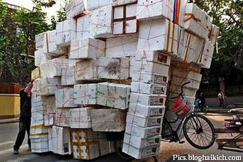 Chở đồ quá tải với chiếc xe đạp