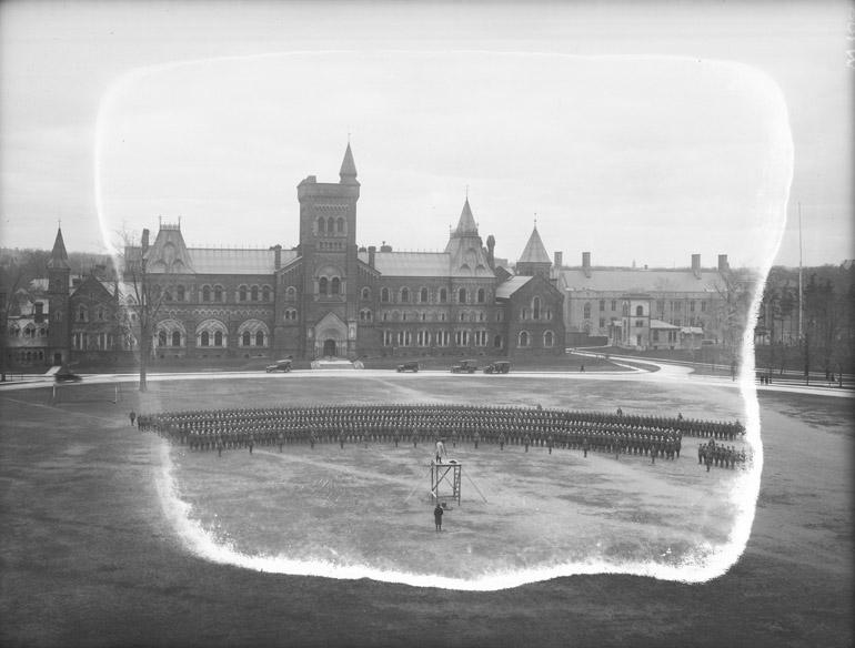 Unité militaire posant pour un photographe au Cirkut devant l'université de Toronto en 1916