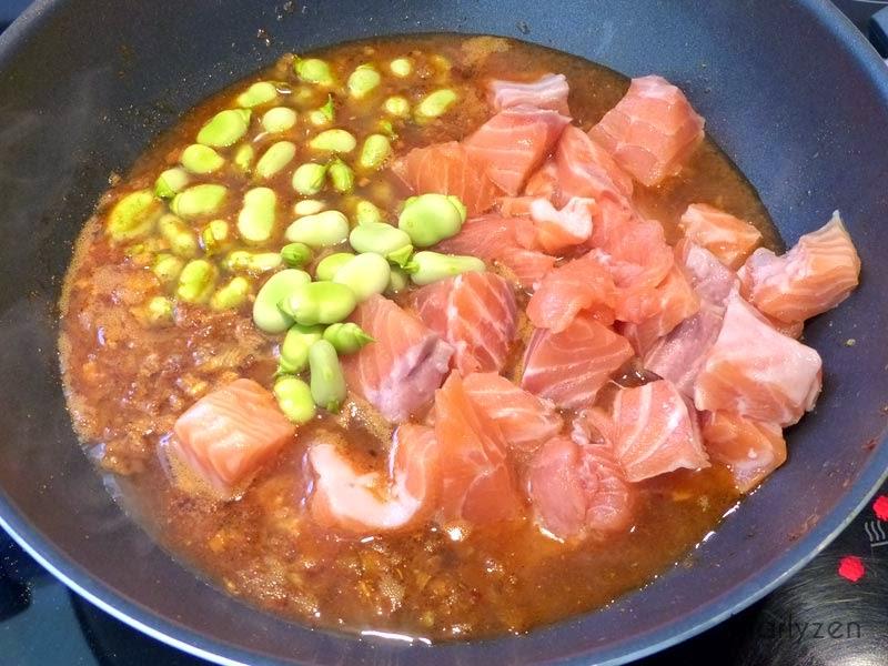 Ajoutez les cubes de saumon et les fèves.