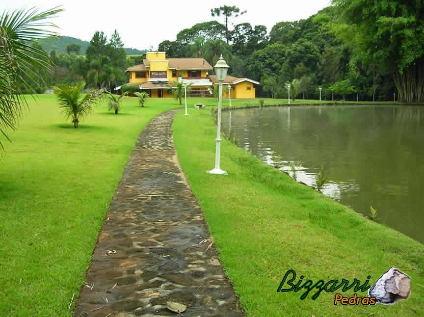 Calçamento com pedra rústica na execução da pista de cooper com a construção do lago e a execução do paisagismo em sítio em Nazaré Paulista-SP.