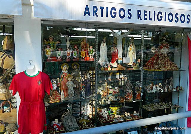 Uniforme da Seleção Portuguesa de Futebol à venda em uma loja de artigos religiosos em Fátima, Portugal