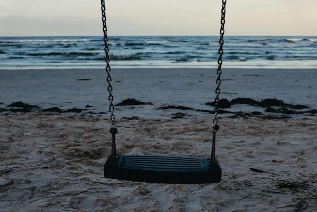huśtawka I plaża I morze I dzieciństwo