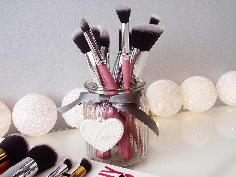 różowe pędzle do makijażu, chińskie puchacze
