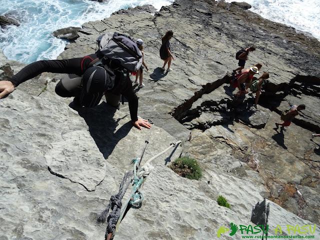 Ruta a la Cueva de la Iglesiona: Bajando tramo con cuerda