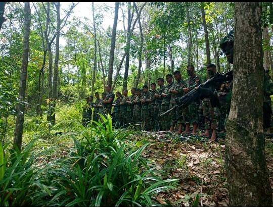 Prajurit TNI Yonif 133/YS melaksanakan Sholat Zuhur Berjamaah Dihutan