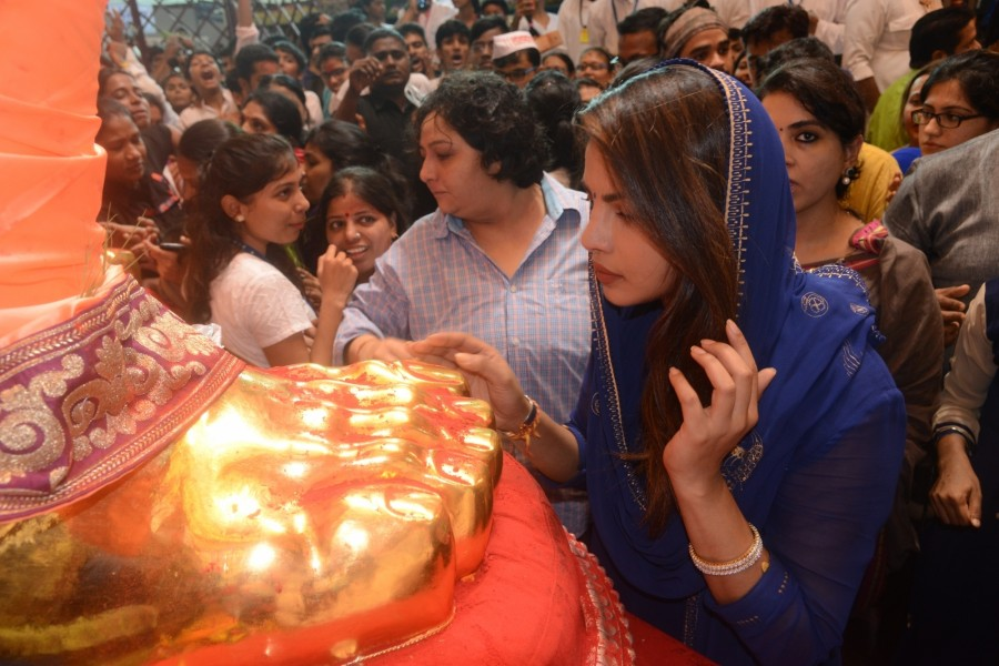 "Priyanka Chopra Visits Lalbaugcha Raja on The Occasion of ""Ganesh Chaturthi"""
