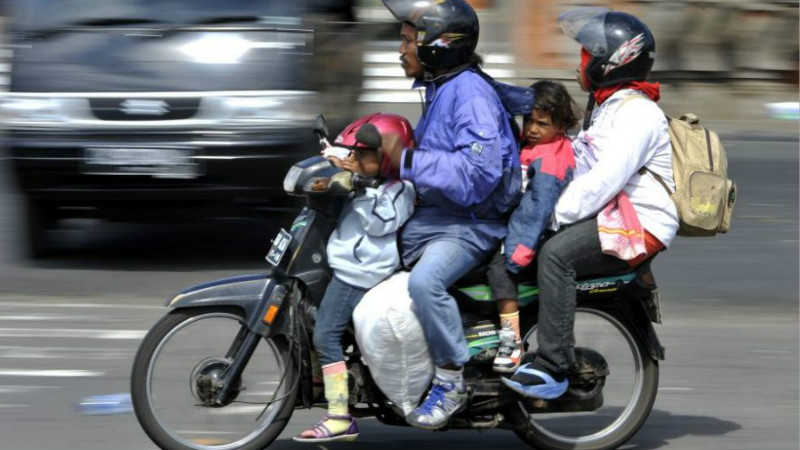 Ilustrasi bonceng anak naik sepeda motor saat mudik