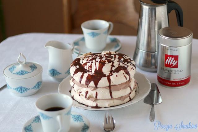 Kremowy torcik bezowy z ganache czekoladowym - idealny do kawy.