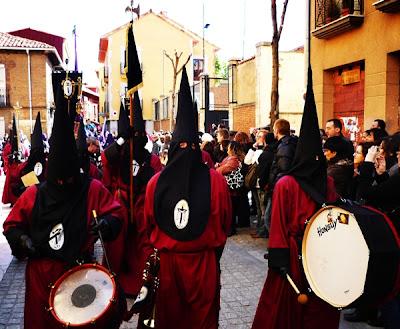 La Ronda de la hermandad del Desenclavo abriendo su procesión del Sábado Santo. Foto G. Márquez.