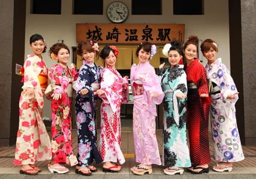 ef02b2712162 The name yukata comes from the word -yu- (bath) and -katabira- (under  clothing). In the Heian era (794-1185)